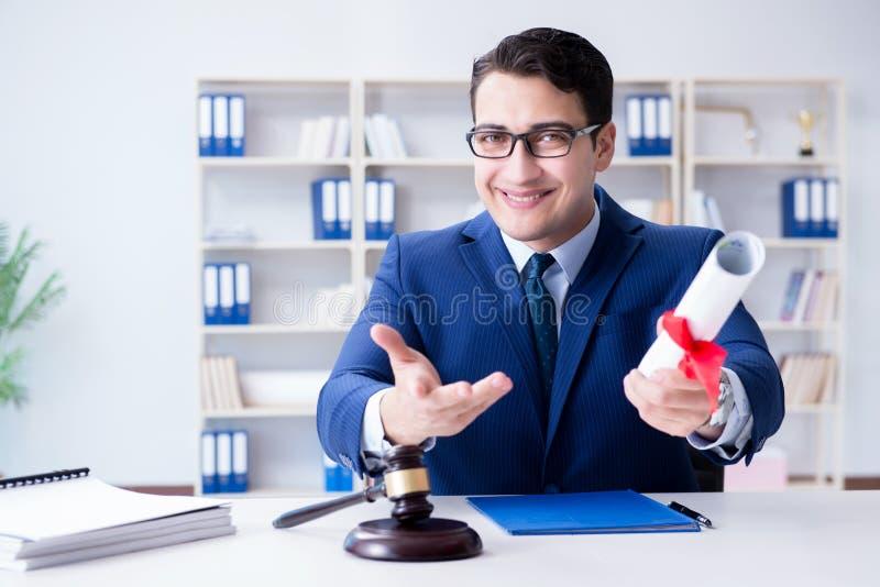 Layweren med diplomrulle i eductionalbegrepp för lagligt yrke arkivfoton