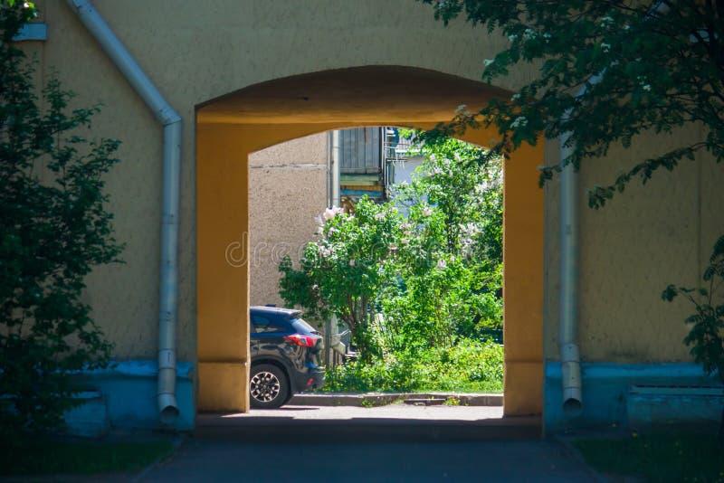 Laz en la parte positiva soleada de la ciudad con los arbustos de lila de florecimiento fotos de archivo