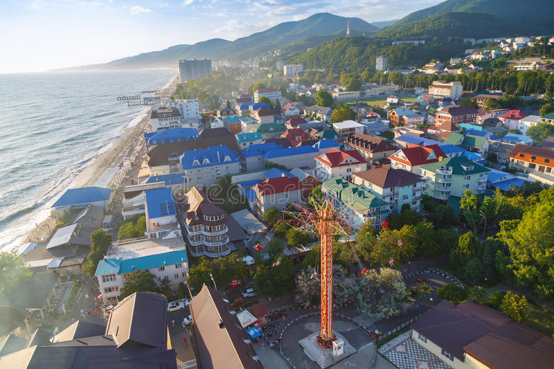 LAZAREVSKOE, SOTCHI, RÉGION DE KRASNODAR, LE 5 JUILLET 2017 : Vue de la plage et du parc de la ville de Lazarevskoe, Sotchi au co image stock
