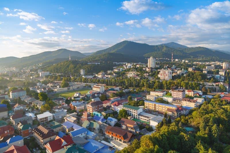 LAZAREVSKOE, SOTCHI, RÉGION DE KRASNODAR, LE 5 JUILLET 2017 : Vue du centre de la ville de Lazarevskoe, Sotchi, au coucher du sol photographie stock libre de droits