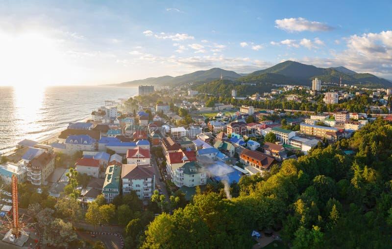LAZAREVSKOE, SOTCHI, RÉGION DE KRASNODAR, LE 5 JUILLET 2017 : Vue panoramique de la ville de Lazarevskoe, Sotchi, au coucher du s image libre de droits