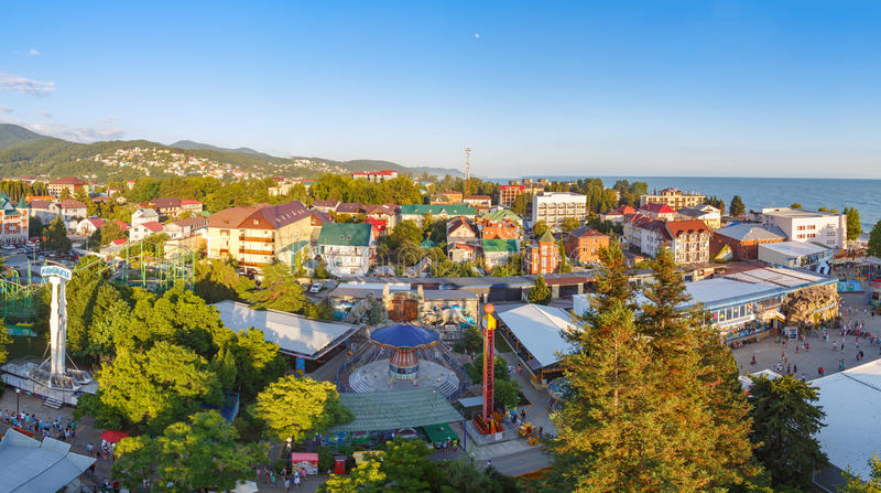 LAZAREVSKOE, SOTCHI, RÉGION DE KRASNODAR, LE 5 JUILLET 2017 : Vue panoramique du parc d'attractions de la ville de Lazarevskoe, S images stock