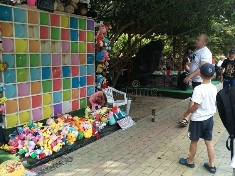 Lazarevskoye, Russie 20 juin 2019 : un adolescent vise une cible dans un mur des ballons colorés attraction de parc d'attractions image stock