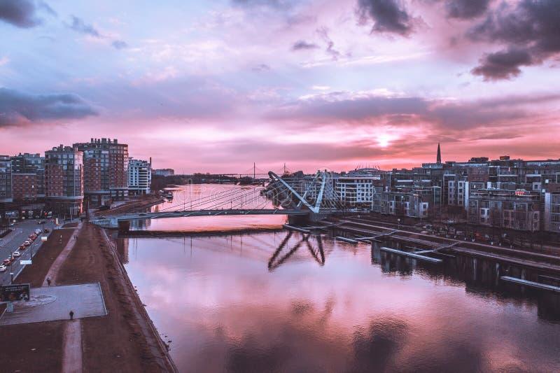 Lazarevskybrug in St. Petersburg Kabel-gebleven Lazarevsky-Brug in Sant Petersburg een zonsondergang, Rusland stock afbeeldingen