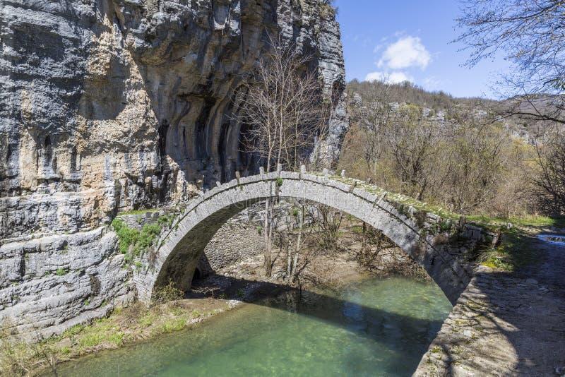 Lazaridis bro i centrala Zagori, Grekland royaltyfria bilder