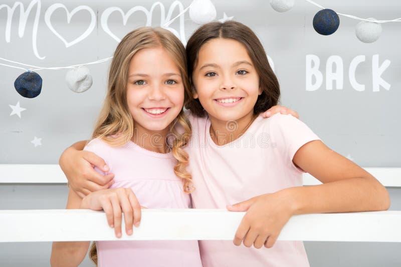 Lazer de menina Tempo do Sleepover para a história da bisbolhetice do divertimento Melhores amigos para sempre Meninas dos Soulma fotografia de stock royalty free