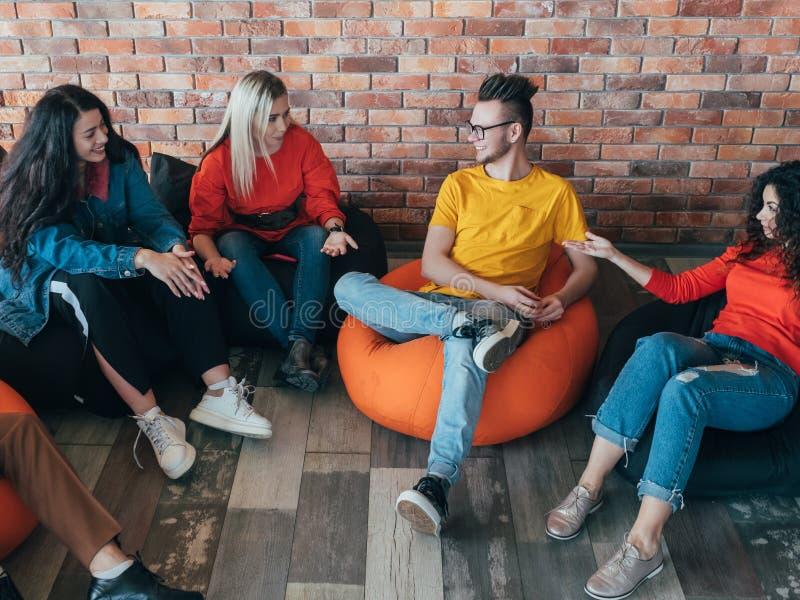 Lazer ocasional da equipe dos millennials da reuni?o de neg?cios fotografia de stock