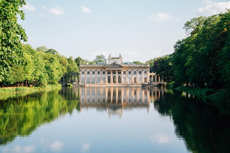 Lazienki-Palast auf dem Wasserweg im Lazienki-Park in Warschau, Polen stockfotos