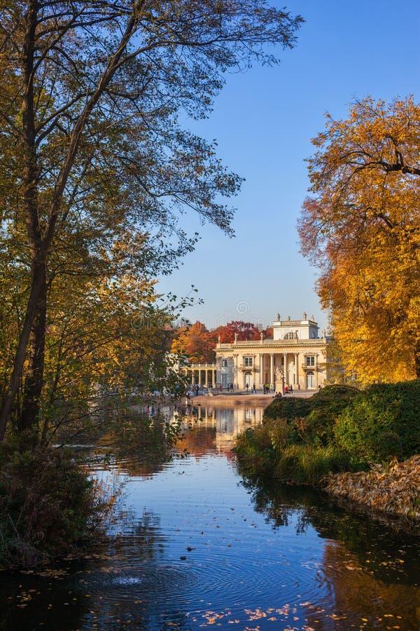 Lazienki parkerar med slotten på vatten i Warszawa royaltyfria foton