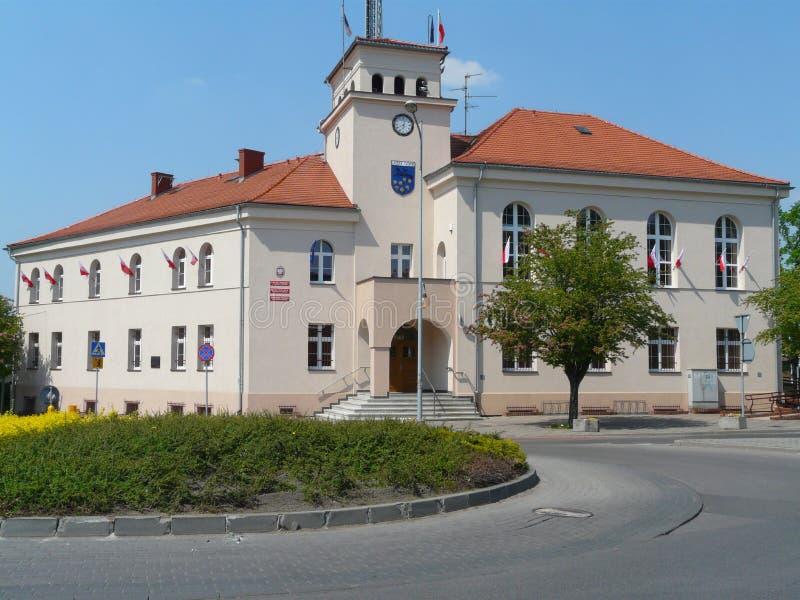 LAZISKA GORNE, SILESIA, POL?NIA - c?mara municipal no centro da cidade de Laziska imagem de stock