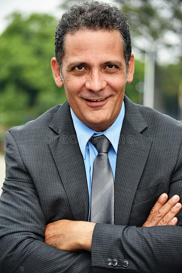 Lazo acertado de Wearing Suit And del hombre de negocios del Latino imagen de archivo