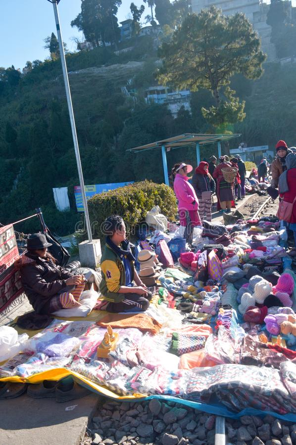 Lazo de Batasia, Darjeeling, el 2 de enero de 2019: Los comerciantes con sus pequeñas paradas de expediente en las líneas ferrovi fotografía de archivo