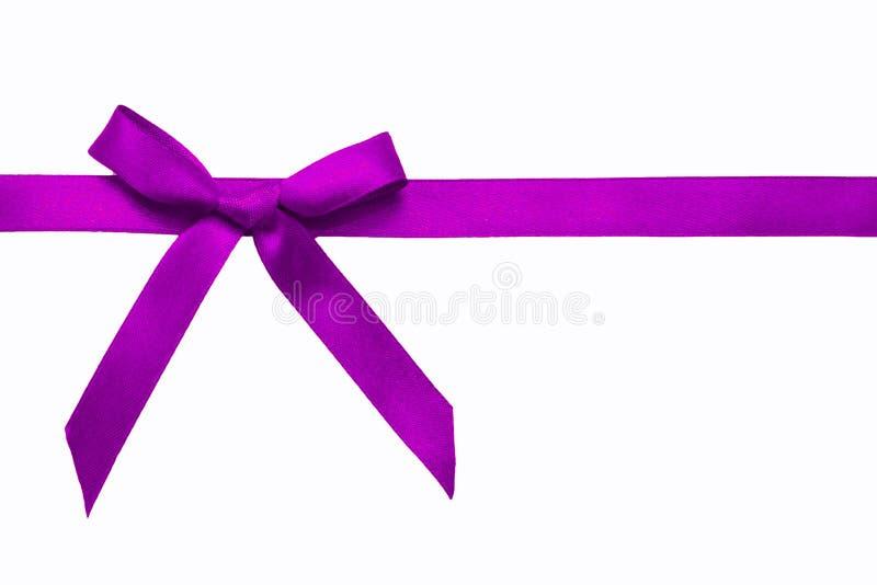 Lazo de satén púrpura en una cinta de satén. foto de archivo