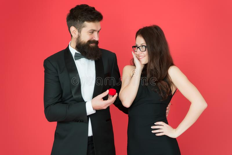 lazo Relaci?n del amor sorpresa el hombre barbudo hace propuesta de matrimonio de la mujer hombre del smoking y señora elegante e fotos de archivo