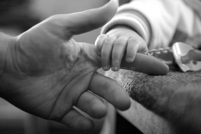 Lazos del bebé y del padre imagen de archivo libre de regalías