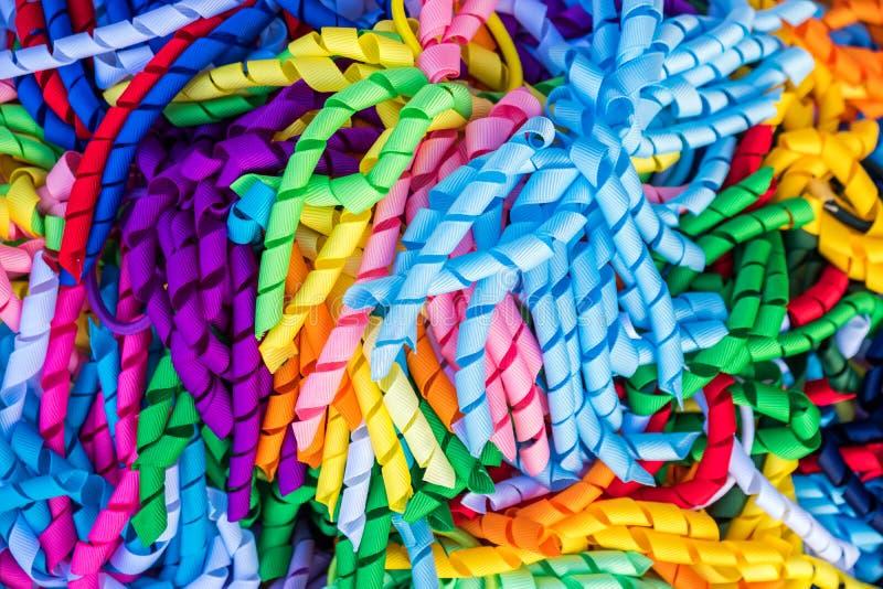 Lazos rizados coloridos del pelo de la cinta imagenes de archivo