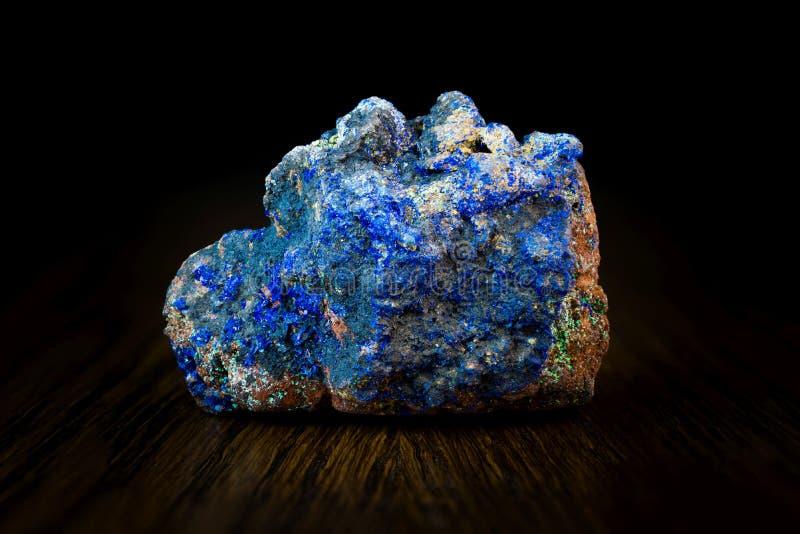 Lazurite-Kristalle auf hölzernem Brett stockfoto