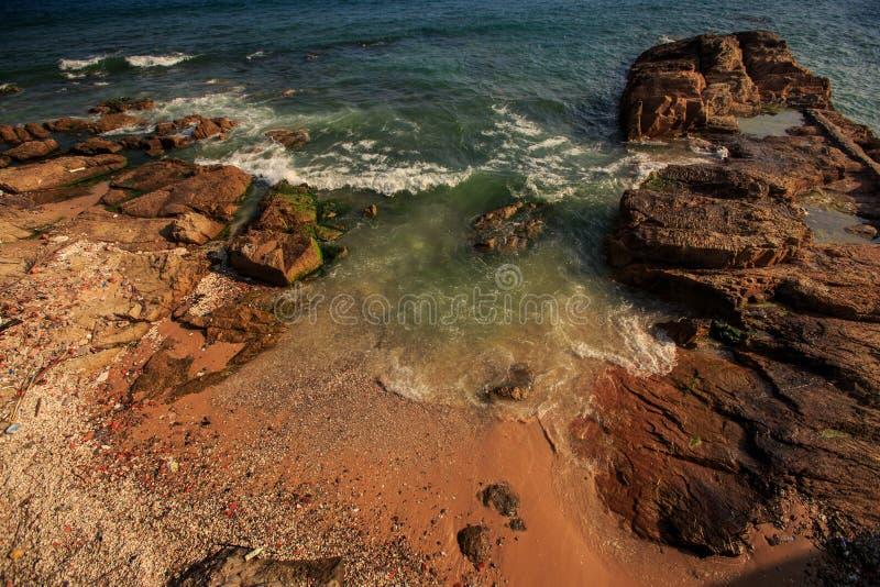 Lazurowa ocean fala kipiel Myje Małej zatoki wśród skał zdjęcia royalty free