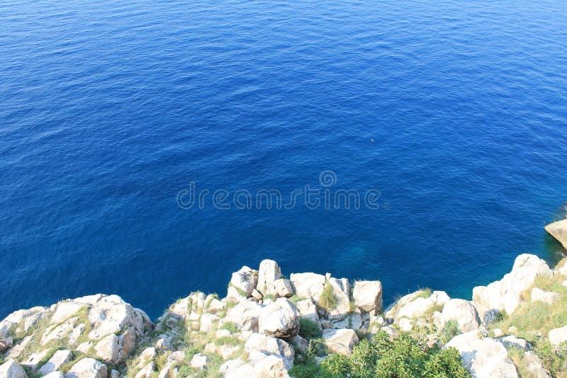 Lazurowy Adriatycki morze i skalisty brzeg obraz stock