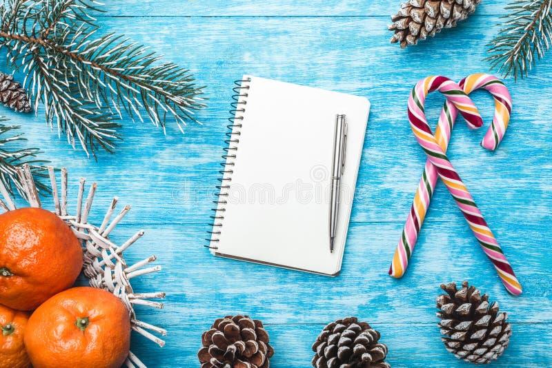 Lazurowy drewniany tło zielony jodły drzewo sweets kolor Owoc z mandarynką Bożenarodzeniowy kartka z pozdrowieniami i nowy rok zdjęcia royalty free