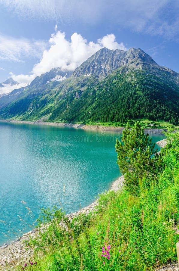 Lazurowy halny jezioro i wysocy Alpejscy szczyty, Austria fotografia royalty free