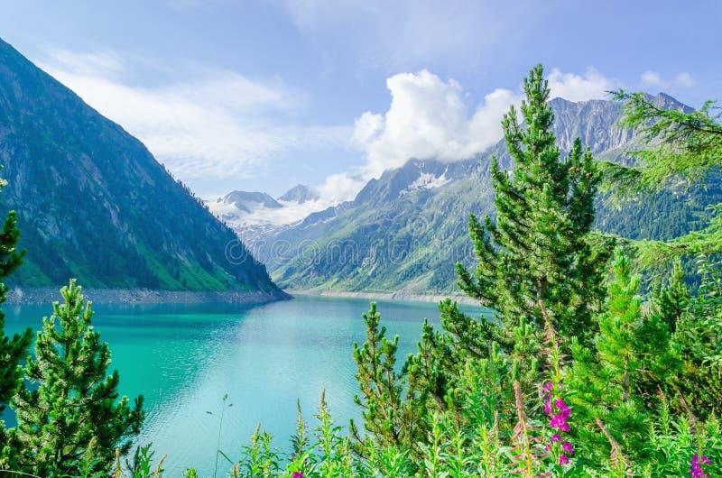 Lazurowy halny jezioro i wysocy Alpejscy szczyty, Austria zdjęcia stock
