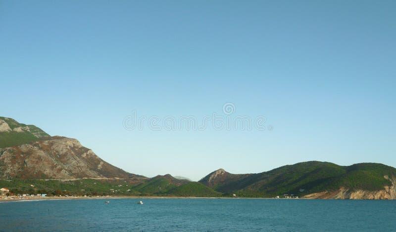 Lazurowy morze na tle wysocy wzgórza Petrovac Montenegro zdjęcia royalty free