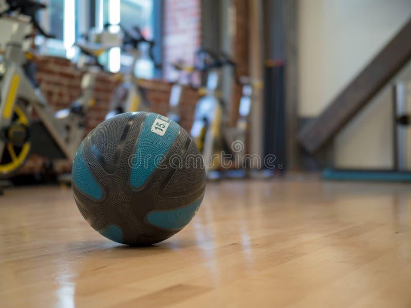 15 lb药丸在锻炼演播室 免版税图库摄影