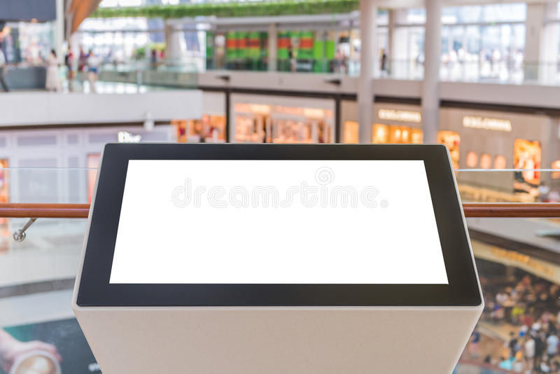 Lcd-Fernsehen mit leerem Kopienraum an Kaufhaus- oder Anschlagtafelquerstation lizenzfreie stockfotos