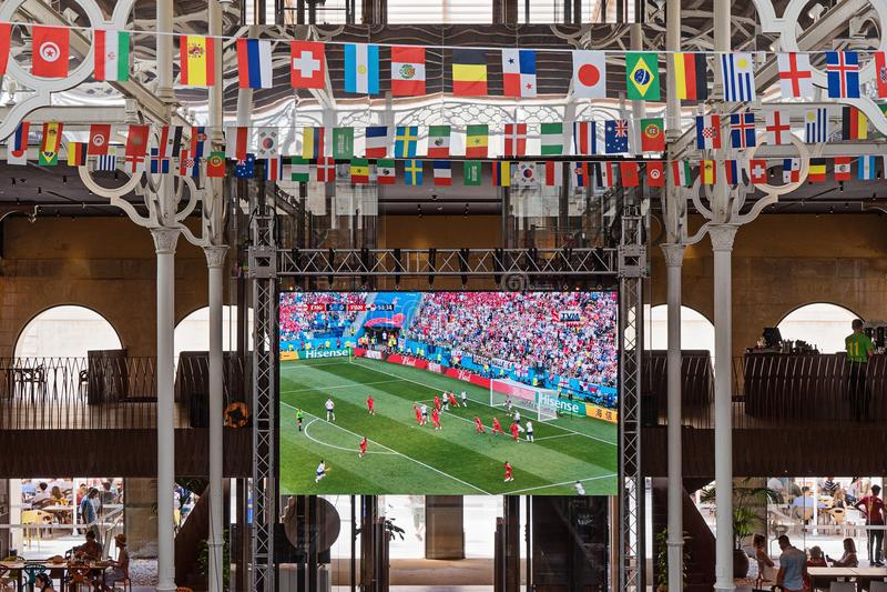 Lcd-televisionskärm med levande TV-sändning av en fotbollsmatch royaltyfri fotografi