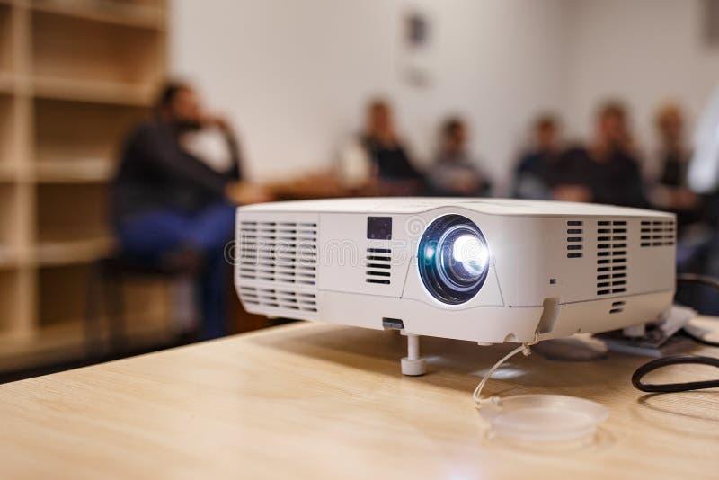 LCD-Videoprojektor bei Geschäftskonferenzen oder Vorträgen in einem Konferenzraum oder einem Büro mit unscharfer Hintergrundbeleu stockbilder