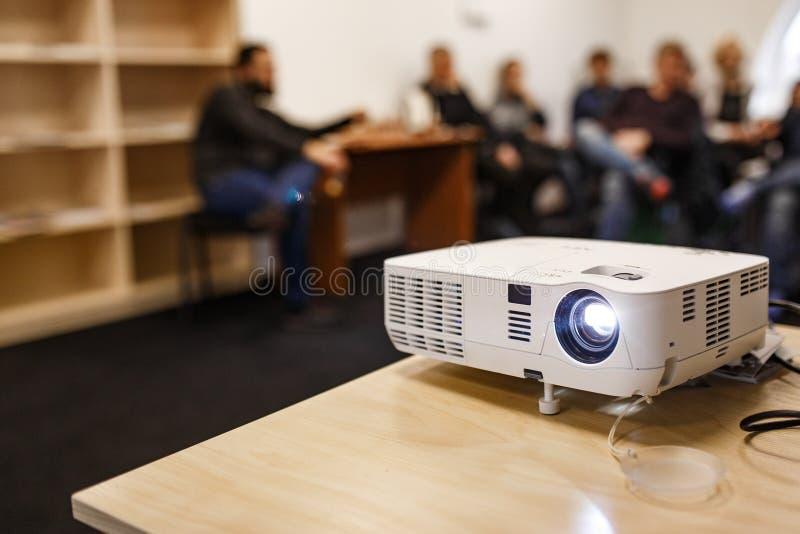 LCD-Videoprojektor bei Geschäftskonferenzen oder Vorträgen in einem Konferenzraum oder einem Büro mit unscharfer Hintergrundbeleu stockfoto
