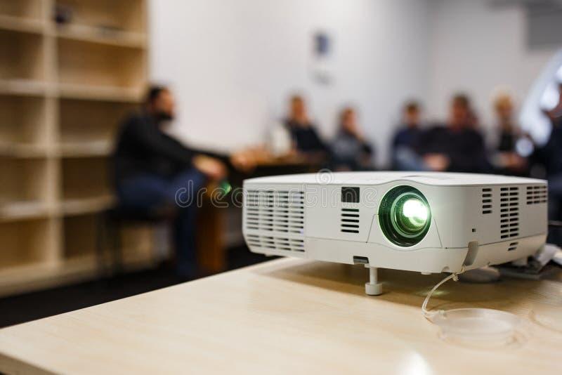 LCD-Videoprojektor bei Geschäftskonferenzen oder Vorträgen in einem Konferenzraum oder einem Büro mit unscharfer Hintergrundbeleu lizenzfreie stockfotografie