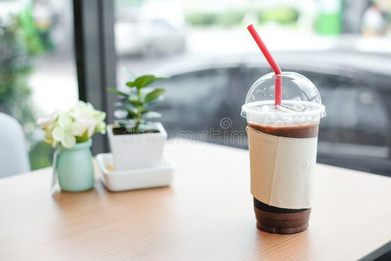 Lce-Kakao oder -kaffee im Plastikglas mit Gewebe lizenzfreie stockfotos