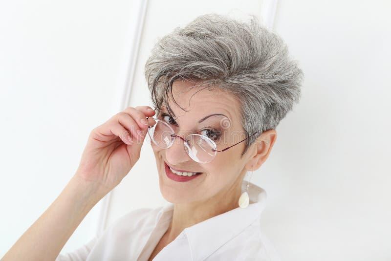 Äldre kvinna med den lyckliga framsidan royaltyfri foto