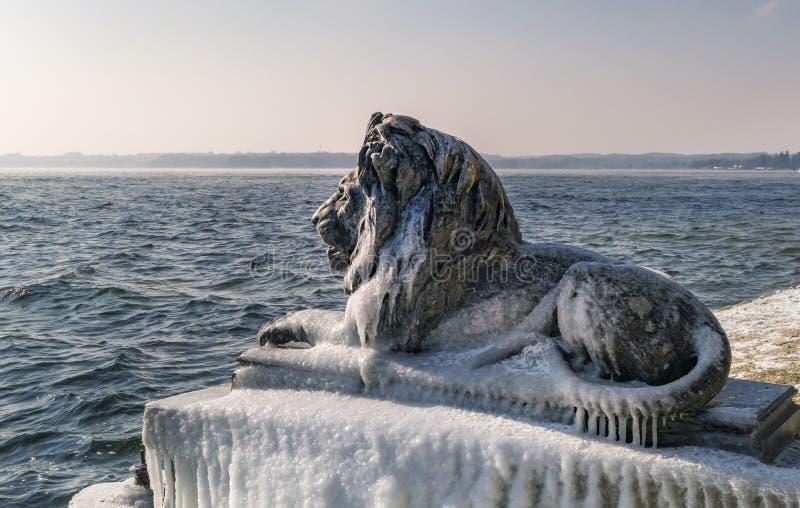 leão bávaro Gelo-coberto em um dia de inverno gelado em Tutzing no lago Starnberg fotografia de stock royalty free