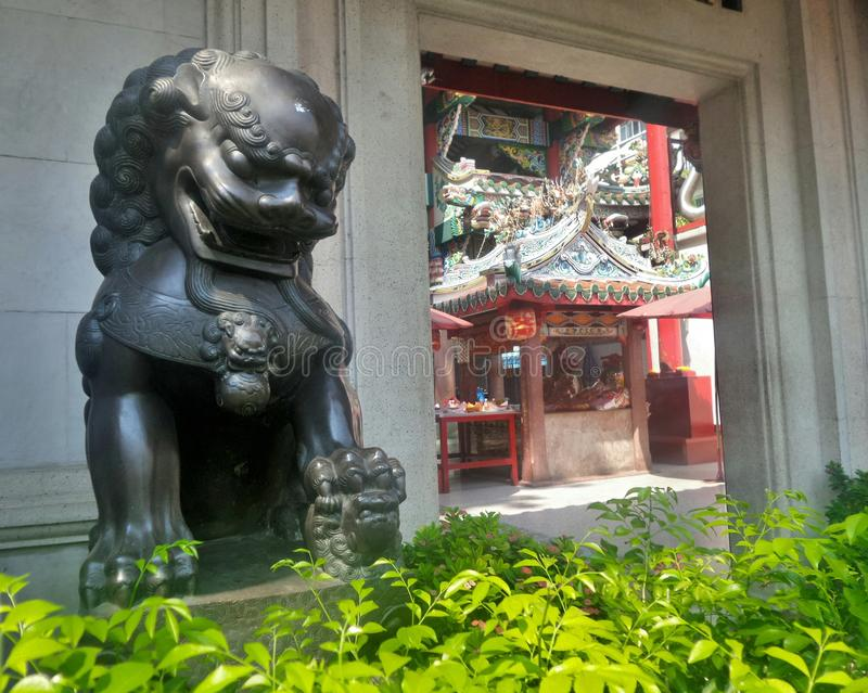Leão chinês de Bronz que guarda o santuário chinês imagem de stock royalty free