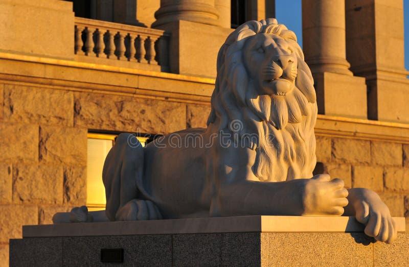 Leão da construção do Capitólio do estado em Salt Lake City, Utá imagem de stock