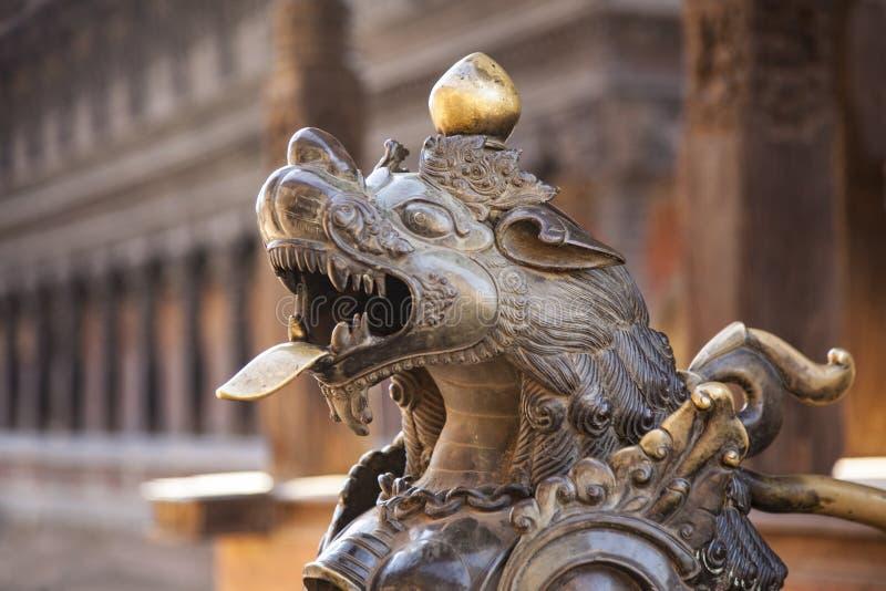 Leão de bronze em Bhaktapur, Kathmandu, Nepal fotografia de stock royalty free