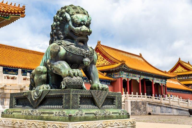 Leão de bronze perto do Salão da harmonia suprema - Pequim a Cidade Proibida fotografia de stock