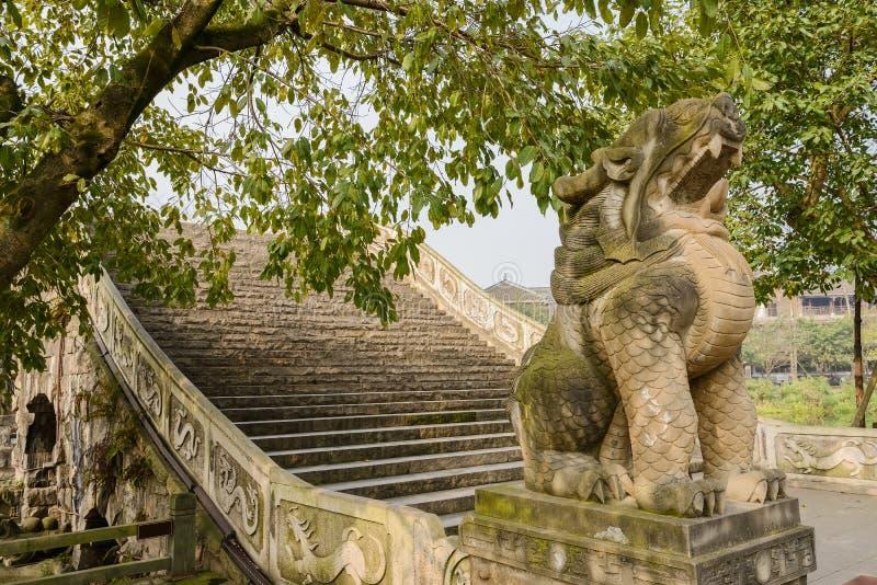 Leão de pedra antes da ponte do arco no meio-dia ensolarado do inverno fotos de stock