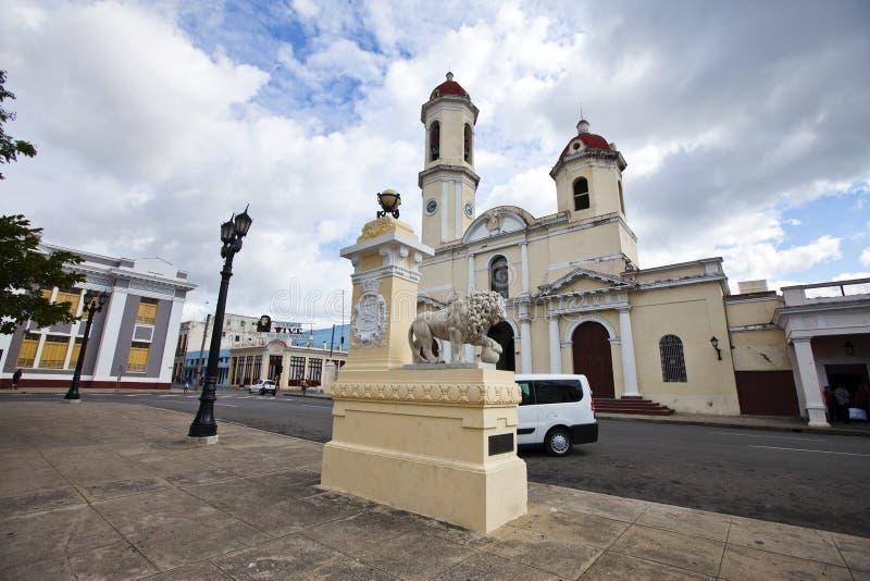 Leão de pedra branco da escultura antes da catedral da concepção imaculada em Cienfuegos, Cuba foto de stock royalty free