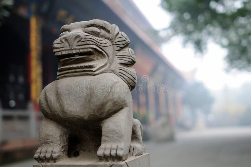 Leão de pedra chinês na névoa imagem de stock