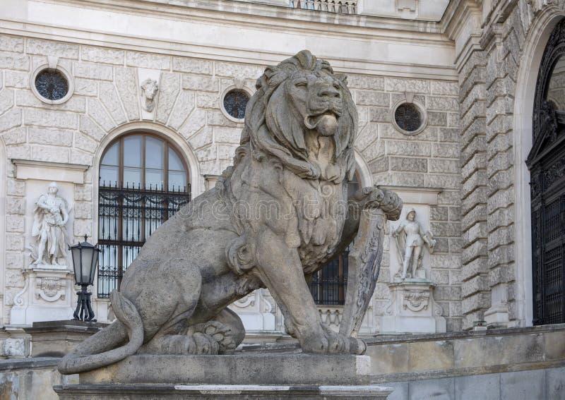 Leão de pedra da escultura com protetor, Burg de Neue ou New Castle, Viena, Áustria foto de stock