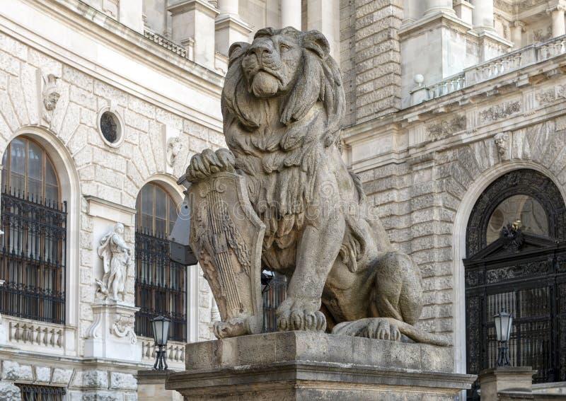Leão de pedra da escultura com protetor, Burg de Neue ou New Castle, Viena, Áustria imagem de stock