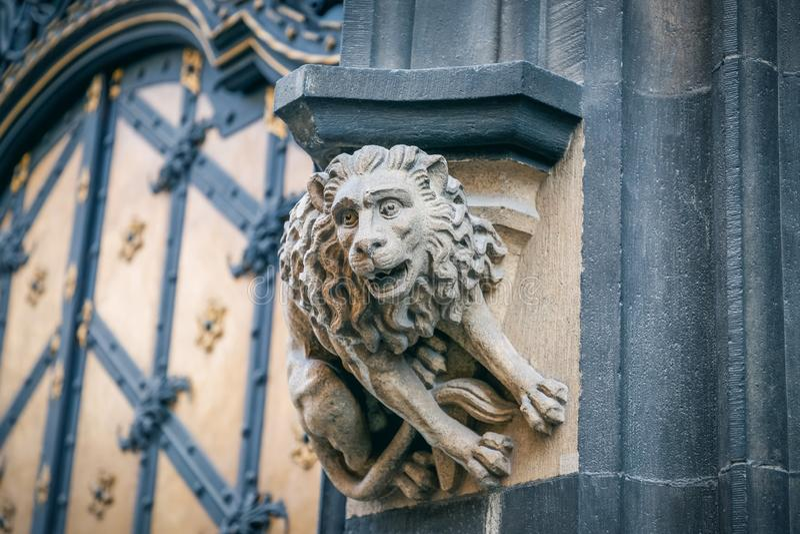 Leão de pedra da estátua na fachada da câmara municipal nova em Munich, Alemanha detalhes imagem de stock