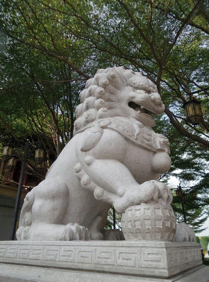 Download Leão De Pedra Que Joga Com A Bola De Vidro No Jardim Foto de Stock - Imagem de jogar, dragon: 65578254