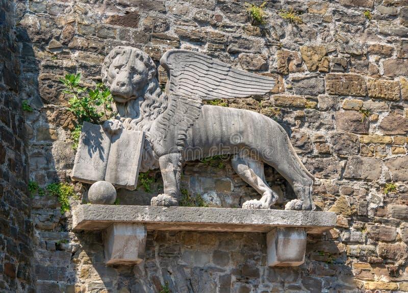 Leão de St Mark na parede do castelo histórico em Gorizia, Itália imagens de stock
