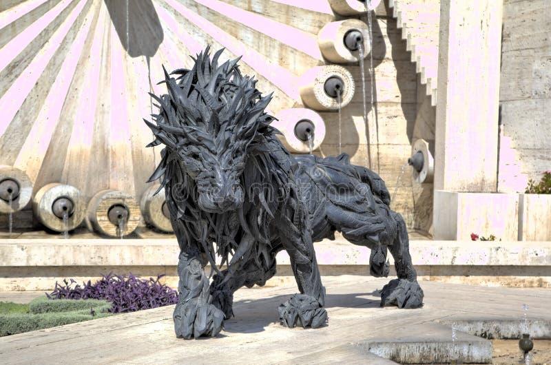 Leão dos pneus de automóvel - uma escultura da cidade na cascata foto de stock