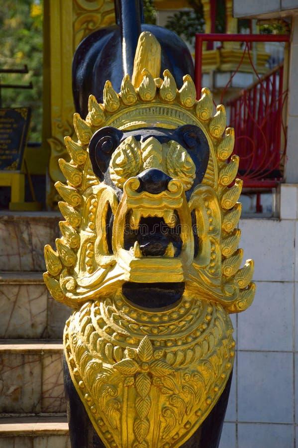 Leão dourado no templo fotografia de stock